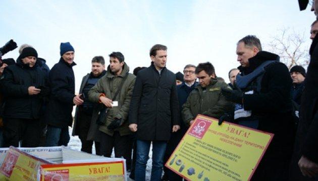 Климкин и Курц посетили лекцию по минной безопасности под Мариуполем