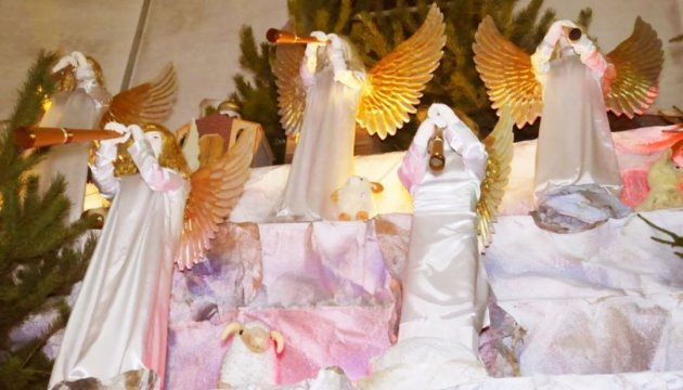 У Тернополі встановили різдвяну шопку велетенських розмірів