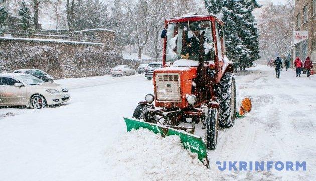 На київські дороги вийшли понад 270 снігоприбиральних машин