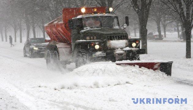 Снегопады в Украине: движение транспорта ограничили уже шесть областей