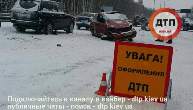 На Бориспільській трасі зіткнулися 5 автомобілів, є постраждалі