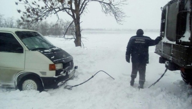 Los equipos de rescate informan, donde queda limitado el tráfico debido a las condiciones climáticas adversas