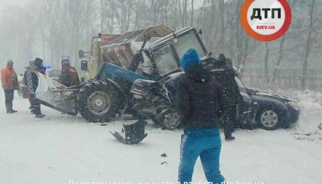 Под Киевом легковушка с разгона «загнала» трактор в грузовик