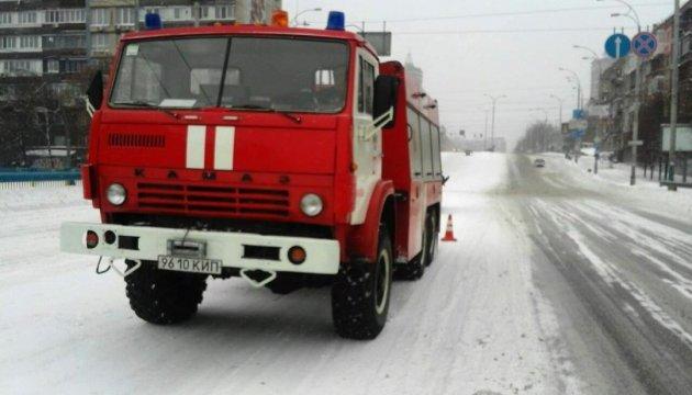 У Києві вивели високопрохідну техніку для буксування автівок