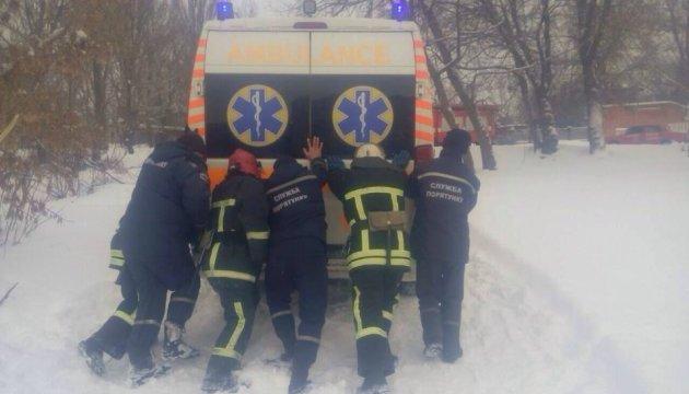 Спасатели показали, как ликвидируют последствия снежной стихии
