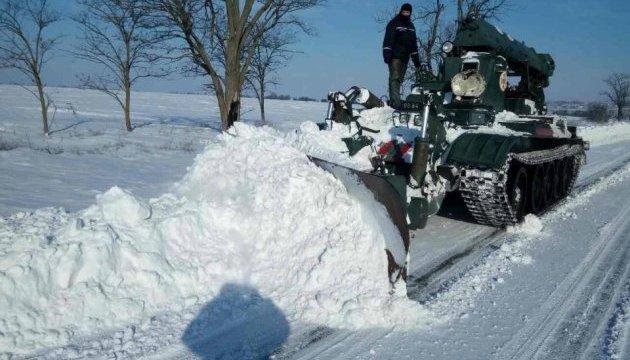 Коммунальщики туристических городов Закарпатья не справляются со снегом