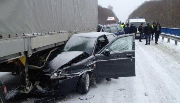 Подо Львовом в ДТП попали грузовик и три легковушки