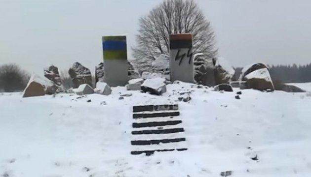 На Львівщині шукають, хто розмалював свастикою пам'ятник полякам
