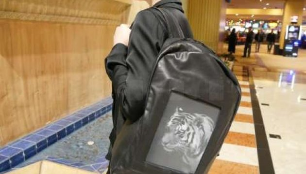 На выставке в Лос-Анджелесе представили рюкзак с E-Ink дисплеем