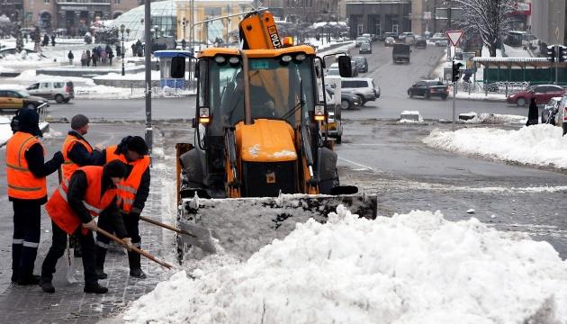 На улицах Киева работают почти 270 единиц снегоуборочной техники