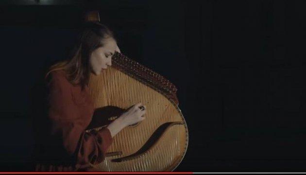 La ucraniana impresiona por su cantar de Hallelujah con la bandura (Video)
