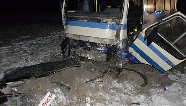 На Волині автобус врізався в електроопору: водій загинув