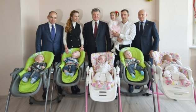 Президент передал автомобиль многодетной семье из Одессы