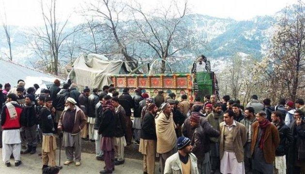 В Кашмире фура въехала в школу для девушек: погибли 5 учениц и преподаватель