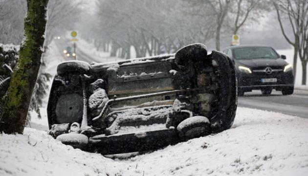 Європа потерпає від снігової бурі: тисячі будинків без світла, є жертви