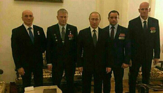 В сети появилось фото Путина и командира русских наемников
