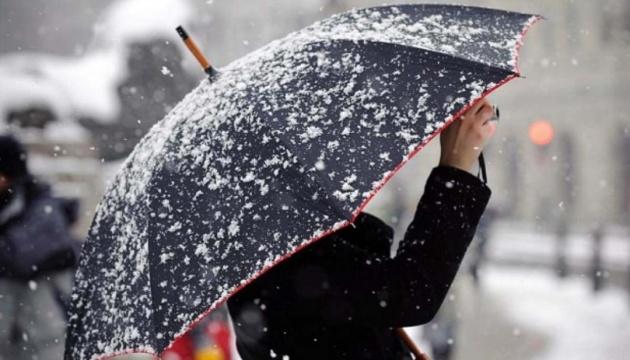 Синоптики на понеділок обіцяють мокрий сніг і дощі