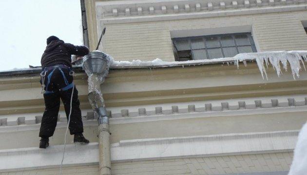 Киевлян призывают вызывать «на сосульки» коммунальщиков
