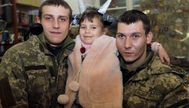 Щедровальный флешмоб на вокзале Днипра устроили бойцы АТО и волонтеры