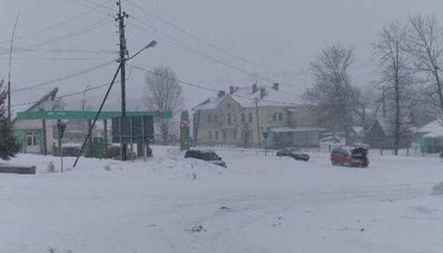 На западе без света 55 населенных пунктов, снег заблокировал несколько сел