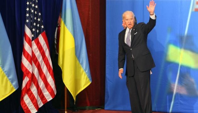 Biden promet de fournir des armes létales à l'Ukraine en cas de victoire