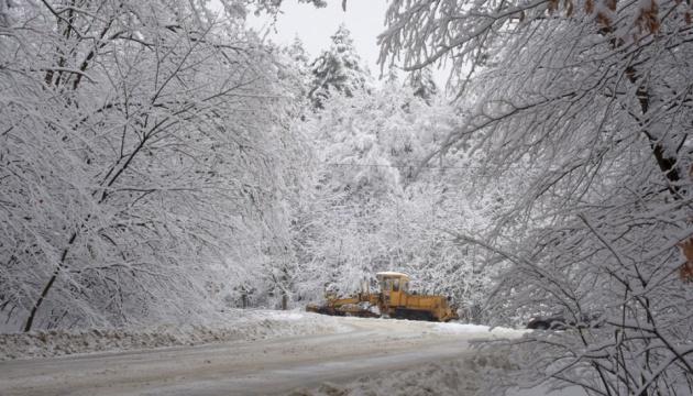 Снегопад в Украине: движение транспорта ограничили на Донетчине