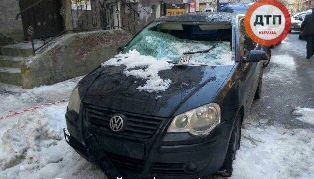 В центре Киева глыба льда упала на припаркованные авто