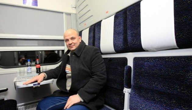 Крюківський завод показав вагони-трансформери для Укрзалізниці