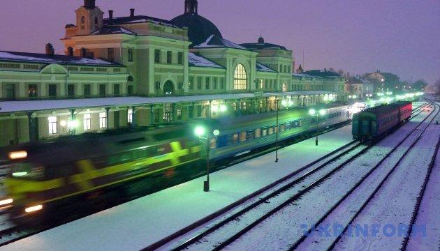 Укрзалізниця на березневі свята додала 13 поїздів