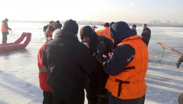 Киевские водолазы спасли со льдины 50 рыбаков