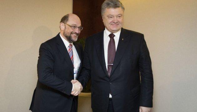 Порошенко поблагодарил Шульцу за поддержку Украины