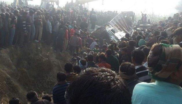 В Індії фура зіткнулася зі шкільним автобусом, загинули 24 дитини