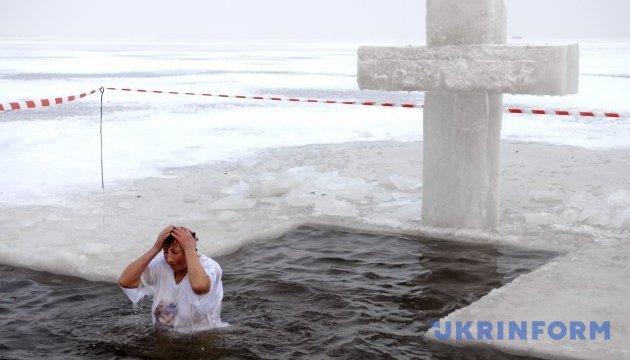Церковники кажуть, що ніколи не вимагали пірнання у воду на Водохреще