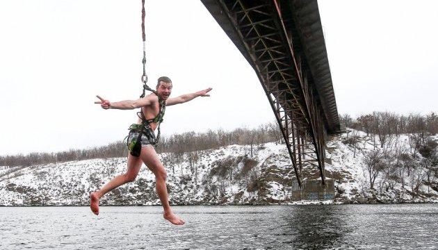 Запорожские экстремалы отметили Крещение прыжками с 42-метрового моста