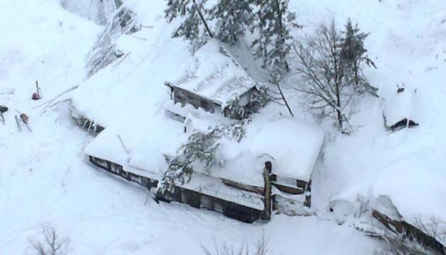 В Италии нашли уже восьмерых выживших в разрушенном лавиной отеле