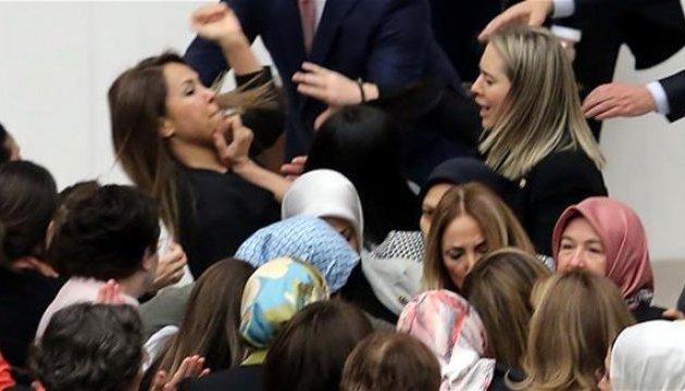 Після бійки в турецькому парламенті троє депутатів – у лікарні