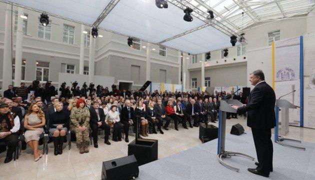 Порошенко: Бійці на Сході воюють за соборну українську землю