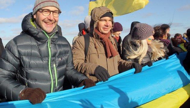 У Києві на мосту Патона розгорнули 30-метровий прапор України