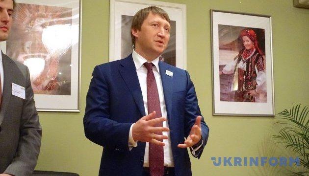 Кутовой говорит, что сельское хозяйство сейчас получает в 20 раз большую поддержку