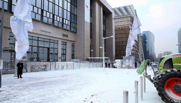 Фермери засипали сухим молоком штаб-квартиру ЄС у Брюсселі