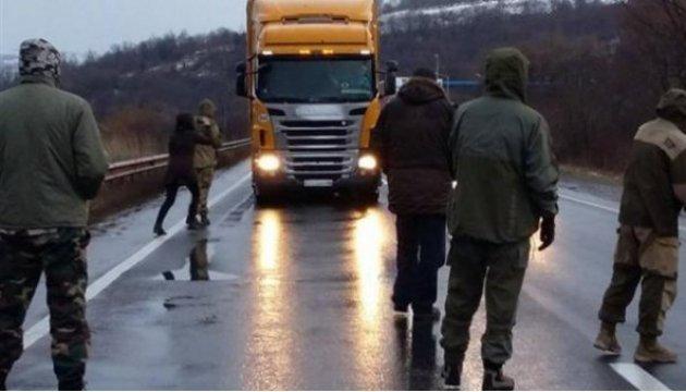 Несколько десятков людей и авто частично заблокировали въезды в Киев