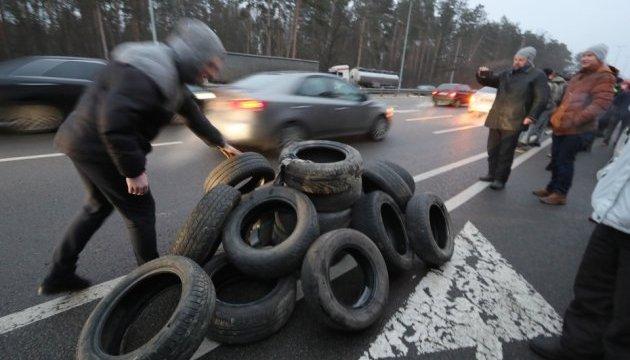 На въездах в Киев жгут шины. Блокировщики обещают идти под Кабмин
