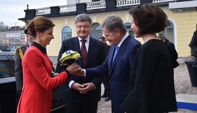 Жены президентов Украины и Финляндии открывают выставку украинского художника