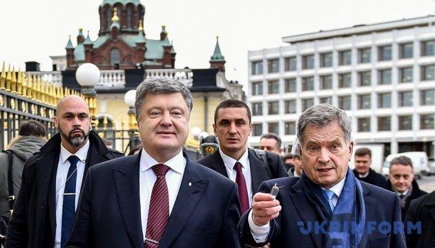 Порошенко передал президенту Финляндии бумаги об установлении дипотношений