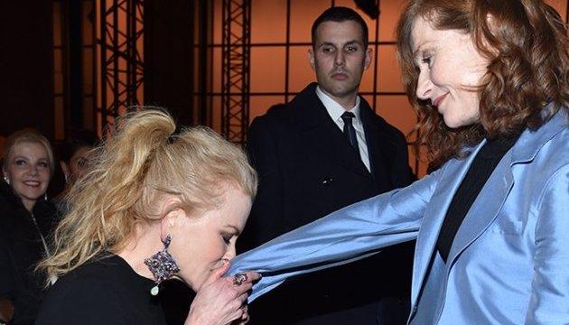 Николь Кидман публично поцеловала руку французской актрисе