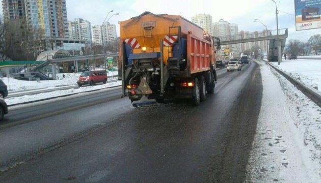 У Києві для прибирання снігу залучили 251 одиницю спецтехніки