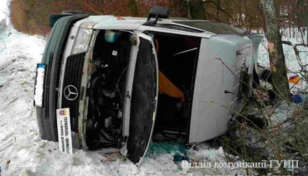 На Тернопільщині перекинувся мікроавтобус, постраждали 12 людей