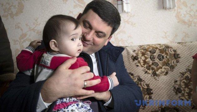 Гройсман пообещал многодетной семье в Староконстантинове новое жилье