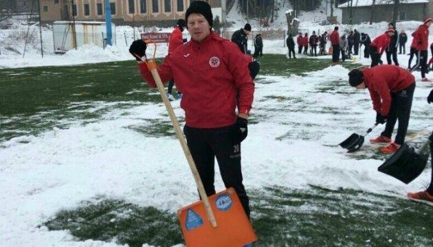 Фото дня. Кварцяний змушує гравців «Волині» чистити поле від снігу