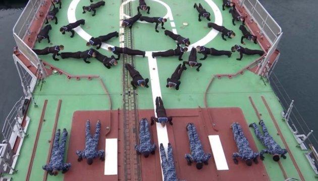 Герб і якір: військові моряки підтримали #22РushUpChallenge